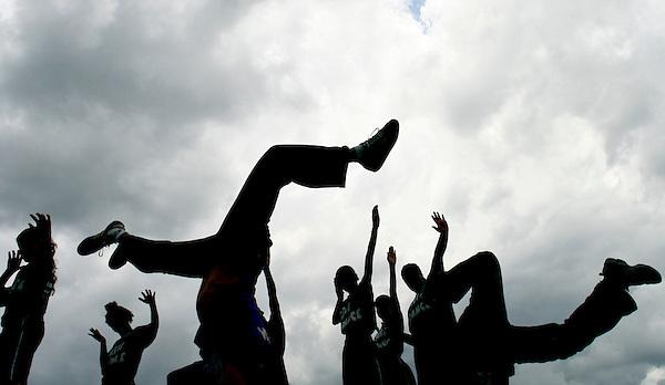 Belo Horizont_MG, Brasil..Alunos da Escola Municipal Mestre Ataide dancando street dance no Parque das Mangabeiras...Students of the Mestre Ataide  Municipal School dancing street dance in the Mangabeiras Park...FOTO: LEO DRUMOND / NITRO