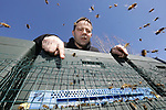 Foto: VidiPhoto<br /> <br /> SINT MICHIELSGESTEL – Met verwondering kijkt aardbeien- en aspergeteler Peter van de Ven uit het Brabantse St. Michielsgestel vrijdag naar de duizenden honingbijen die om zijn hoofd vliegen. De zogenoemde reinigingsvlucht is begonnen, het moment waarbij bijen uit de kast komen, zich leegpoepen en het eerste stuifmeel proberen te verzamelen. Dat is dit jaar door de hoge en lente-achtige temperaturen uitzonderlijk vroeg. Om de biodiversiteit op en rond zijn bedrijf Vennenhof  te bevorderen heeft de teler vorig jaar 30.000 bloembollen in de grond gestopt aan de randen van zijn akkers. De bijen zijn zo druk met poepen en verzamelen dat ze geen tijd hebben om Van de Ven te steken. Ze zorgen niet alleen voor honing, maar worden ook ingezet om de aardbeienbloesem op het bedrijf te bestuiven. Na de aspergeoogst halen ze voedsel uit de bloeiende aspergeplanten. Samen met een imker uit de buurt heeft Van de Ven 25 bijenkasten.