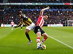 Nederland, Eindhoven, 25 november  2012.Eredivisie.Seizoen 2012-2013.PSV-Vitesse.Mark van Bommel (r.) van en Renato Ibarra (l.) van Vitesse strijden om de bal.