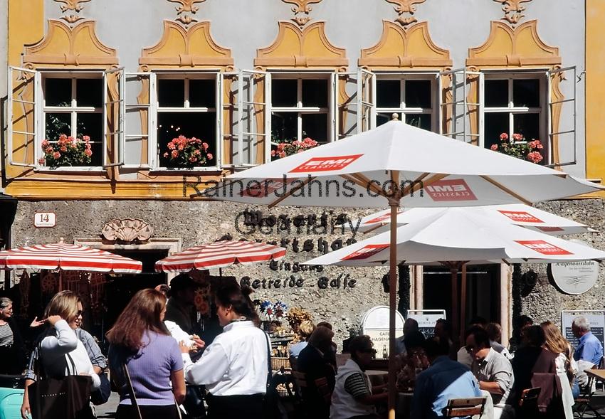 Oesterreich, Salzburger Land, Salzburg: Cafe auf dem Universitaetsplatz vor Mozarts Geburtshaus | Austria, Salzburger Land, Salzburg: cafe at University Square in front of Mozart's Birthplace