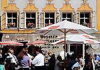 Oesterreich, Salzburger Land, Salzburg: Cafe auf dem Universitaetsplatz vor Mozarts Geburtshaus | Austria, Salzburger Land, Salzburg: cafe at University Square in front of Mozart's Birthplace