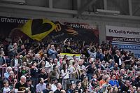 Basketball  1. Bundesliga  2017/2018  Hauptrunde  14. Spieltag  23.12.2017 Walter Tigers Tuebingen - Basketball Laewen Braunschweig Die Tigers Fans in der Paul Horn Arena fiebern beim Spiel mit, der Capo (Mitte) des Fanclubs macht Stimmung