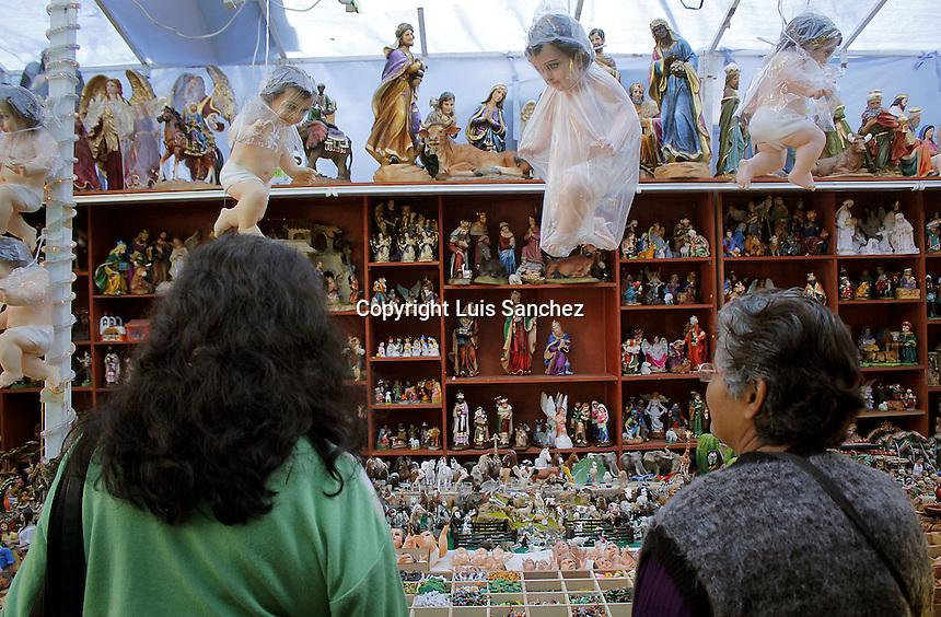 Querétaro, Qro. 8 de diciembre de 2016.-  El Tianguis Navideño en el mercado de la Cruz luce como todos los años, con las tradionales figuras de la época.