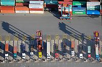 Portalhubwagen transportieren Container am Tollerort zu LKWs: EUROPA, DEUTSCHLAND, HAMBURG, (EUROPE, GERMANY), 30.10.2017 Portalhubwagen transportieren Container am Tollerort zu LKWs<br />  <br /> Der Portalhubwagen faehrt ueber einen Container, der auf dem Boden oder auf einem Lkw steht, der Spreader verriegelt sich hydraulisch gesteuert mit den vier Eckbeschlaegen des Containers und hebt diesen an.