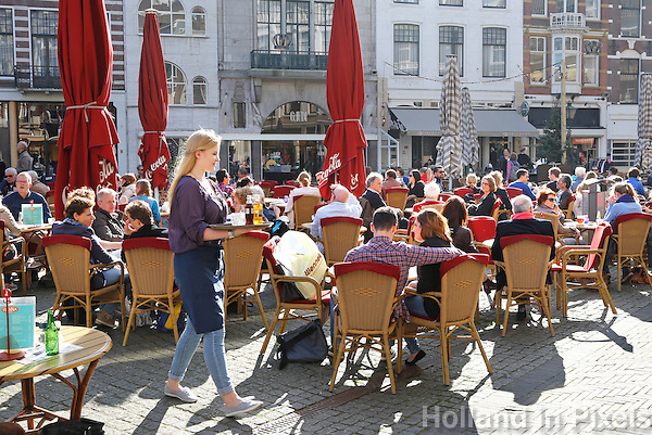 Terras in Den  Haag. Mensen genieten van de lentezon