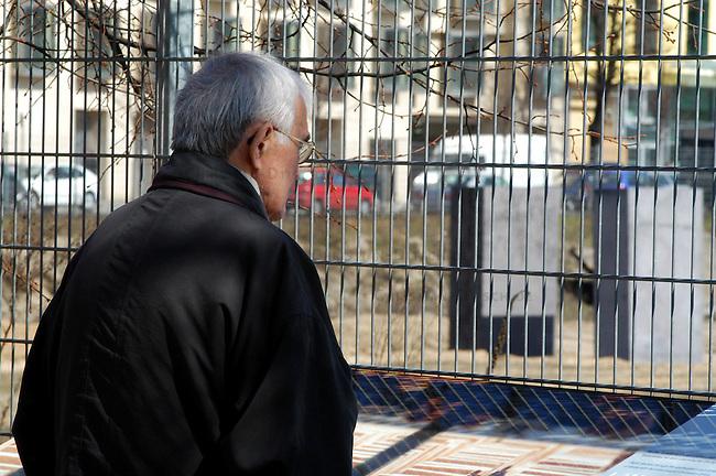 Erste Stelen auf dem Gelaende des geplanten Holocaustmahnmals in Berlin<br /> Am Donnerstag den 3. April 2003 wurden die ersten zwei Stelen auf das Gelaende des geplanten Holocaustmahnmals in Berlin gesetzt. Ab August 2003 soll dann mit dem Bau des Mahnmals begonnen werden.<br /> Die Fertigstellung des Mahnmals sollte zuerst im Jahr 2004 sein, nun ist das Jahr 2005 im Gspraech.<br /> Hier: Ein Tourist betrachtet eine Schautafel vor dem Bauzaun des Mahnmal-Gelaendes, im Hintergrund die Stelen.<br /> 4.4.2003, Berlin<br /> Copyright: Christian-Ditsch.de<br /> [Inhaltsveraendernde Manipulation des Fotos nur nach ausdruecklicher Genehmigung des Fotografen. Vereinbarungen ueber Abtretung von Persoenlichkeitsrechten/Model Release der abgebildeten Person/Personen liegen nicht vor. NO MODEL RELEASE! Nur fuer Redaktionelle Zwecke. Don't publish without copyright Christian-Ditsch.de, Veroeffentlichung nur mit Fotografennennung, sowie gegen Honorar, MwSt. und Beleg. Konto: I N G - D i B a, IBAN DE58500105175400192269, BIC INGDDEFFXXX, Kontakt: post@christian-ditsch.de<br /> Bei der Bearbeitung der Dateiinformationen darf die Urheberkennzeichnung in den EXIF- und  IPTC-Daten nicht entfernt werden, diese sind in digitalen Medien nach &sect;95c UrhG rechtlich geschuetzt. Der Urhebervermerk wird gemaess &sect;13 UrhG verlangt.]