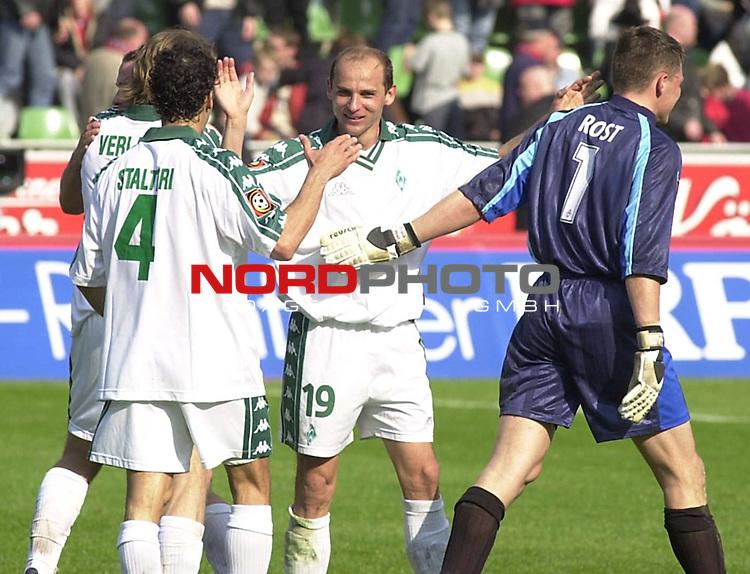 1. Fussball Bundesliga<br /><br />Frank Verlaat, Paul Stalteri,Victor Skripnik und Frank Rost -von links- von Werder Bremen freuen sich ueber den 2-1 Sieg gegen Bayer 04 Leverkusen.<br /><br />Foto &copy; nordphoto /Volker Dziemballa<br /> *** Local Caption *** Foto ist honorarpflichtig! zzgl. gesetzl. MwSt.<br /> Belegexemplar erforderlich<br />Adresse: nordphoto<br />Georg-Reinke-Strasse 1<br />49377 Vechta