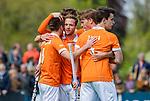 BLOEMENDAAL - Roel Bovendeert (Bldaal) (m) heeft de stand op 2-0 gebracht   tijdens de hoofdklasse competitiewedstrijd hockey heren,  Bloemendaal-Den Bosch (2-1).links Thierry Brinkman (Bldaal) en rechts Jorrit Croon (Bldaal) en Tim Swaen (Bldaal)  COPYRIGHT KOEN SUYK