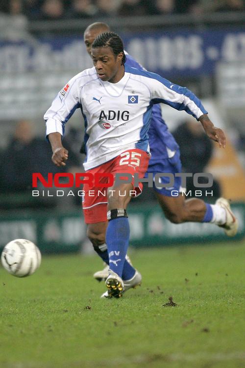 BL 05 / 06  16. Spieltag - Hinrunde<br /> <br /> HSV Hamburg vs Hertha BSC Berlin 2:1<br /> <br /> Emile Mpenza<br /> <br /> <br /> Foto &copy; nordphoto<br /> <br />  *** Local Caption *** Foto ist honorarpflichtig! zzgl. gesetzl. MwSt.<br /> <br />  Belegexemplar erforderlich