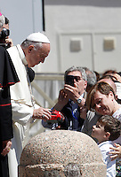Papa Francesco saluta un bambino al termine di un'udienza giubilare in Piazza San Pietro, Citta' del Vaticano, 18 giugno 2016.<br /> Pope Francis greets a child at the end of a Jubilee audience in St. Peter's Square at the Vatican, 18 June 2016.<br /> UPDATE IMAGES PRESS/Isabella Bonotto<br /> <br /> STRICTLY ONLY FOR EDITORIAL USE