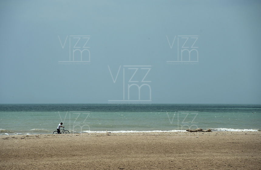 RIOHACHA -COLOMBIA. 30-05-2014. Ciclista en la playa de Riohacha capital del Departamento de la Guajira, Colombia. / Cyclist at the beach of Riohacha capital of the deparment of Guajira, Colombia. Photo: VizzorImage/ Gabriel Aponte / Staff