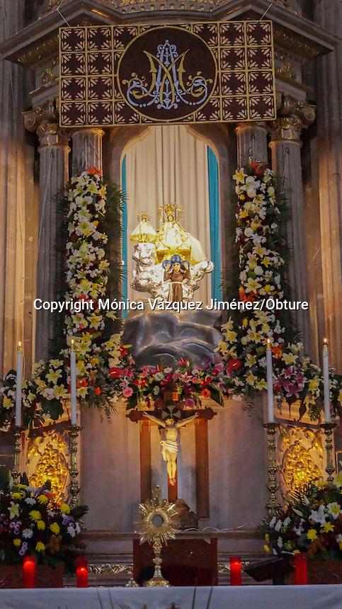 Querétaro, Qro. 08 de octubre del 2015. Feligreses se reúnen con gran fervor en la iglesia de San Fransisco para adorar a la virgen de El Pueblito que se encuentra de visita en la capital del estado.