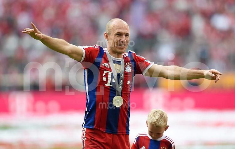 FUSSBALL   1. BUNDESLIGA   SAISON 2013/2014  34. SPIELTAG FC Bayern Muenchen - VfB Stuttgart             10.05.2014 Der FC Bayern bejubelt die 24. Deutsche Meisterschaft: Arjen Robben
