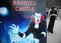 Cartello pubblicitario invitante a visitare il castello. Immagine di Dracula e ragazza Billboard inviting to visit the castle Panneau publicitaire invitant a visiter le chateau