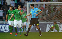 FUSSBALL   1. BUNDESLIGA   SAISON 2011/2012   27. SPIELTAG SV Werder Bremen - FC Augsburg                        24.03.2012 Lukas Schmitz (li, SV Werder Bremen) reklamiert nach dem 1:1 bei Schiedsrichter Markus Wingenbach (re)