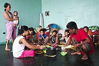 Monic, Ramon et leurs enfants vivent maintenant dans une pièce avec la famille de Solcito, le frère de Monic et leur tante. En tout, ils sont 13 à vivre ensemble.  Tacloban, Novembre 2013. VIRGINIE NGUYEN HOANG