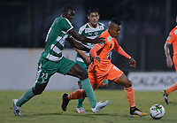 ENVIGADO -COLOMBIA, 18-10-2019: Arley Rodriguez de Envigado disputa el balón con Danilo Arboleda de Equidad durante partido por la fecha 18 de la Liga Águila II 2019 entre Envigado FC y La Equidad jugado en el Polideportivo Sur de la ciudad de Envigado. / Arley Rodriguez of Envigado fights for the ball with Danilo Arboleda of Equidad during match for the date 18 of the Aguila League II 2019 between Envigado FC and La Equidad played at Polideportivo Sur in Envigado city city.  Photo: VizzorImage/ León Monsalve / Cont