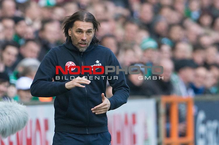 04.04.2015, Weser Stadion, Bremen, GER, 1.FBL. Werder Bremen vs 1. FSV Mainz 05, im Bild<br /> <br /> <br /> Martin Schmidt (FSV Mainz 05 # Trainer)<br /> Gestik, Mimik,<br /> Einzelaktion, Halbk&ouml;rper / Halbk&ouml;rper, <br /> <br /> <br /> Foto &copy; nordphoto / Kokenge