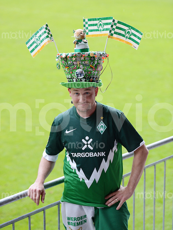 FUSSBALL   1. BUNDESLIGA   SAISON 2012/2013   TESTSPIEL  Werder Bremen - FC Energie Cottbus      20.07.2012 Werder Fan Michael Stecher aus Schiers in der Schweiz mit imposanter Kopfbedeckung