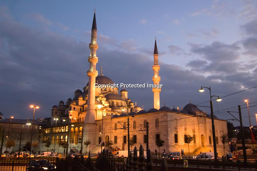 TURQUIA-ESTAMBUL.Vista nocturna de la Mezquita  de Rustem Pasa en Estambul.foto JOAQUIN GOMEZ SASTRE©