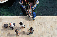 KROATIEN, 04.2011, Dubrovnik. © Petar Kurschner/EST&OST<br /> Touristen beim Aussteigen aus dem Boot. | Tourists getting off their boat.