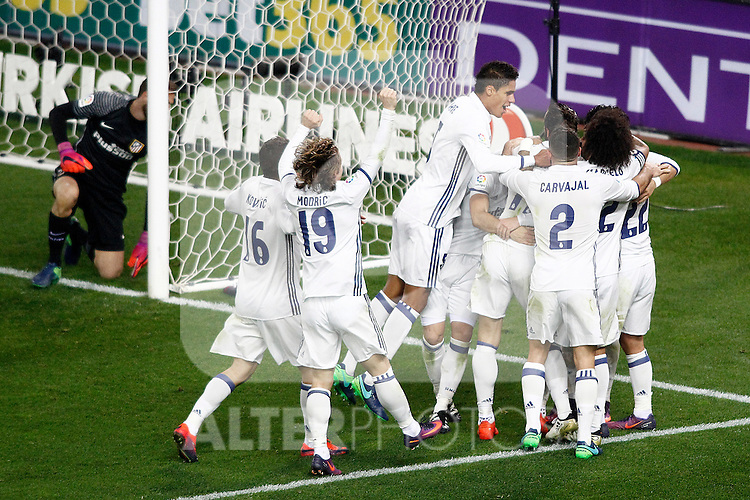 Real Madrid's players celebrate goal in presence of Atletico de Madrid's Jan Oblak during La Liga match. November 19,2016. (ALTERPHOTOS/Acero)