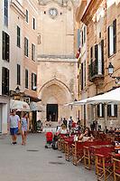 Spain, Menorca, Ciutadella: Cafe outside the Cathedral Santa Maria de Ciutadella | Spanien, Menorca, Ciutadella: Café in der Altstadt vor der Kathedrale Santa Maria de Ciutadella