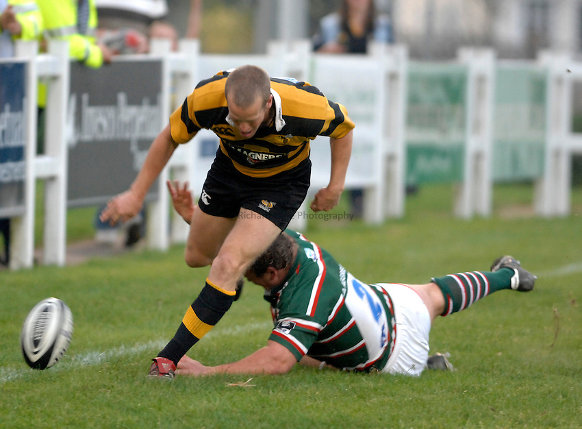 Photo: Richard Lane..London Wasps A v Leicester Tigers A. Guinness A League Final 1st leg. 16/04/2007. .Wasps' Dave Walder scores his first try.