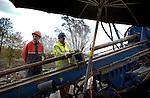 In Leidsche Rijn werken medewerkers van Visser Smit Hanab aan een horizontaal gestuurde boring als onderdeel van het verleggen van bovengrondse hoogspanningsnetwerk onder de grond. Terwijl Eneco in 2003 in opdracht van de gemeente al diverse hoogspanningskabels onder de grond liet aanleggen, wordt momenteel één van de laatste boringen van de 150 kV traject verricht. Een andere boring voor hetzelfde project, mislukte onlangs toen de boorkop op twaalf meter diepte brak. Als alle kabels onder de grond liggen kunnen de laatste 150 kV hoogspanningsmasten die nog in Leidsche Rijn staan, tegen de vlakte..© Ton Borsboom.steekwoorden: bouw, bouwnijverheid, lucht, weer, klimaat, grond, modder, regen, energie, stroom, hoogspanningsmast, horizonvervuiling, kabels, boren, boring