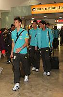 LONDRES, INGLATERRA, 17 JULHO 2012 - DESEMBARQUE SELECAO BRASILEIRA OLIMPICA EM LONDRES - O goleiro Neto (a frente), Paulo H. Ganso (D) e Leandro Damiao (E) da selecao masculina olimpica de futebol desembarca no Aeroporto de Heathrow em Londres na Inglaterra, nesta terca-feira, 17. (FOTO: GUILHERME ALMEIDA / BRAZIL PHOTO PRESS).