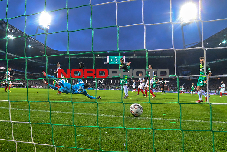 10.02.2019, Weser Stadion, Bremen, GER, 1.FBL, Werder Bremen vs FC Augsburg, <br /> <br /> DFL REGULATIONS PROHIBIT ANY USE OF PHOTOGRAPHS AS IMAGE SEQUENCES AND/OR QUASI-VIDEO.<br /> <br />  im Bild<br /> <br /> 4:0 durch Kevin M&ouml;hwald / Moehwald (Werder Bremen #06) verdeckt gegen Gregor Kobel (FC Augsburg #40)<br />  Aufgenommen mit der Hintertor Remote Kamera<br /> <br /> Foto &copy; nordphoto / Kokenge