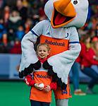 ROTTERDAM -  Stockey met fan of the match,   voor  de Pro League hockeywedstrijd heren, Nederland-Spanje (4-0) . COPYRIGHT KOEN SUYK
