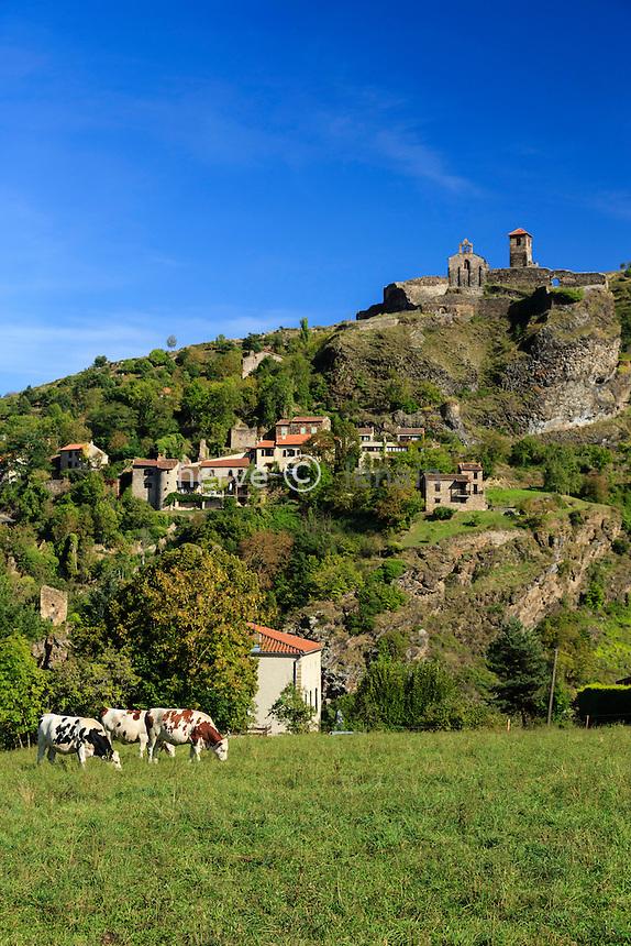 France, Haute-Loire (43), Saint-Ilpize, le village dominé par le château et sa chapelle // France, Haute Loire, Saint Ilpize