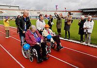 Rollatorloop in het Olympisch Stadion in Amsterdam. Wandelevenement  voor ouderen met een rollator. Ook ouderen in een rolstoel leggen  het parcours af