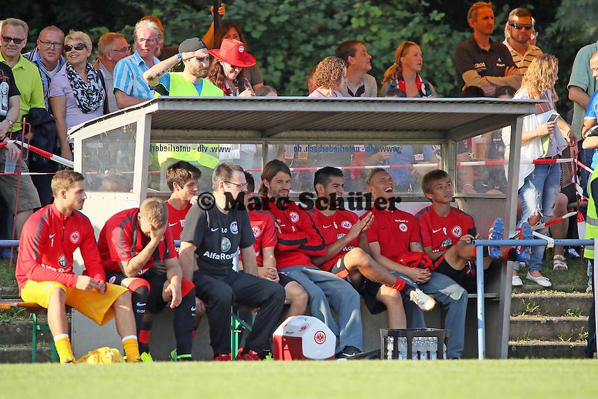 Ersatzspieler bejubeln den Einlauf der Mannschaft - VfB Unterliederbach vs. Eintracht Frankfurt
