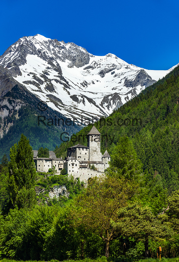 Italy, South Tyrol (Trentino - Alto Adige), Campo Tures at Valli di Tures e Aurina with Taufers Castle (Castello di Tures) and Zillertal Alps | Italien, Suedtirol (Trentino - Alto Adige), Sand in Taufers im Tauferer Ahrntal mit Burg Taufers vor dem Hauptkamm der Zillertaler Alpen