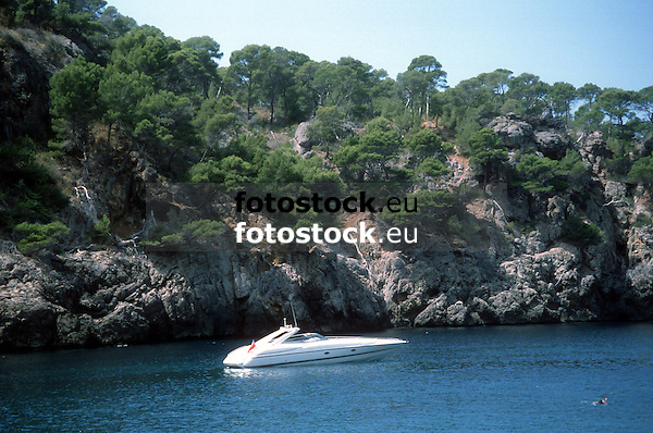 racing yacht in the Deia bay<br /> <br /> yate en la Cala Deià<br /> <br /> Motorjacht in der Bucht von Deia<br /> <br /> 3635 x 2410 px<br /> 150 dpi: 6155 x 40,81 cm<br /> 300 dpi: 30,78 x 20,40 cm<br /> original: 35 mm slide transparency