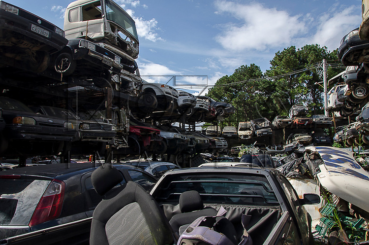 Patio de veículos apreendidos, São Paulo - SP, 04/2013.