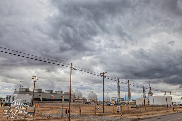 Oil production plant in Shafter. Kern County, located over the Monterey Shale, has seen a dramatic increase in oil drilling and hydraulic fracking in recent years. San Joaquin Valley, California, USA