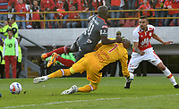 BOGOTA - COLOMBIA - 28 - 01 - 2018: Robinson Zapata (Der.) portero de Independiente Santa Fe disputa el balón con Carmelo Valencia (Izq.) jugador de America de Cali, durante partido entre Independiente Santa Fe y America de Cali, por el Torneo Fox Sports 2018, jugado en el estadio Nemesio Camacho El Campin de la ciudad de Bogota. / Robinson Zapata (R) goalkeeper of Independiente Santa Fe vies for the ball with Carmelo Valencia (L) player of America de Cali, during a match between Independiente Santa Fe y America de Cali, for the Fox Sports Tournament 2018, played at the Nemesio Camacho El Campin stadium in the city of Bogota. Photo: VizzorImage / Luis Ramirez / Staff.