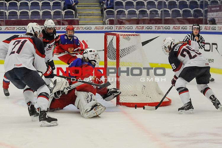 31.03.2015, Malm&ouml; Ishall, Malm&ouml; , SWE, IIHF Eishockey Frauen WM 2015, USA  vs Russland (RUS), im Bild, Torchance USA, Valeria TARAKANOVA (#1, RUS), Kendall COYNE (#26, USA)<br /> ***** Attention nur f&uuml;r redaktionelle Berichterstattung *****<br /> <br /> Foto &copy; nordphoto / Hafner