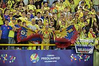 ARMENIA – COLOMBIA, 19-01-2020:Hinchas de Colombia animan a su equipo durante partido entre Colombia y Ecuador por la fecha 2, grupo A, del CONMEBOL Preolímpico Colombia 2020 jugado en el estadio Centenario de Armenia, Colombia. / Fans of Colombia cheer for their team during the match between Colombia and Ecuador for the date 2, group A, for the CONMEBOL Pre-Olympic Tournament Colombia 2020 played at Centenario stadium in Armenia, Colombia. Photos: VizzorImage / Mauricio Ortíz / Cont