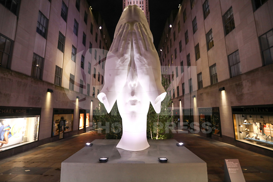 "Nova York (EUA), 02/06/2019 - Turismo / Estados Unidos - A peça principal, voltada para Quinta Avenida, é a ""Behind the Walls"", uma grande cabeça com mãos tampando os olhos, assinada por Jaume Plensa durante a exposição Frieze Sculpture  no Rockefeller Plaza na cidade de Nova York nos Estados Unidos na noite deste domingo, 02. (Foto: William Volcov/Brazil Photo Press)"