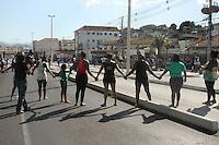 RIO DE JANEIRO, RJ, 17.03.2014 - VELORIO CLAUDIA FERREIRA DA SILVA - Novo protesto apos velório e sepultamento de Cláudia Ferreira da Silva, na manhã desta segunda-feira (17), no cemitério de Irajá, Zona Norte do Rio de Janeiro. Cláudia foi arrastada pela viatura de policiais militares após ser baleada no último domingo (16), no Morro da Congonha, em Madureira, Zona Norte da cidade. (Foto: Celso Barbosa / Brazil Photo Press).
