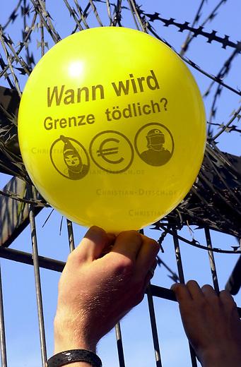 Abschiebegefaengnis Glassmoor noerdlich von Hamburg. In Wohncontainern sind bis zu 70 maennliche Abschiebegefangene inhaftiert. Sie warten zum Teil monatelang auf ihre moegliche Abschiebung.<br /> Etwa 150 Menschen demonstrierten am Sonntag den 18. August 2002 gegen das Gefaengnis und die Asylpolitik.<br /> 18.8.2002, Glassmoor bei Hamburg<br /> Copyright: Christian-Ditsch.de<br /> [Inhaltsveraendernde Manipulation des Fotos nur nach ausdruecklicher Genehmigung des Fotografen. Vereinbarungen ueber Abtretung von Persoenlichkeitsrechten/Model Release der abgebildeten Person/Personen liegen nicht vor. NO MODEL RELEASE! Nur fuer Redaktionelle Zwecke. Don't publish without copyright Christian-Ditsch.de, Veroeffentlichung nur mit Fotografennennung, sowie gegen Honorar, MwSt. und Beleg. Konto: I N G - D i B a, IBAN DE58500105175400192269, BIC INGDDEFFXXX, Kontakt: post@christian-ditsch.de<br /> Bei der Bearbeitung der Dateiinformationen darf die Urheberkennzeichnung in den EXIF- und  IPTC-Daten nicht entfernt werden, diese sind in digitalen Medien nach &sect;95c UrhG rechtlich geschuetzt. Der Urhebervermerk wird gemaess &sect;13 UrhG verlangt.]