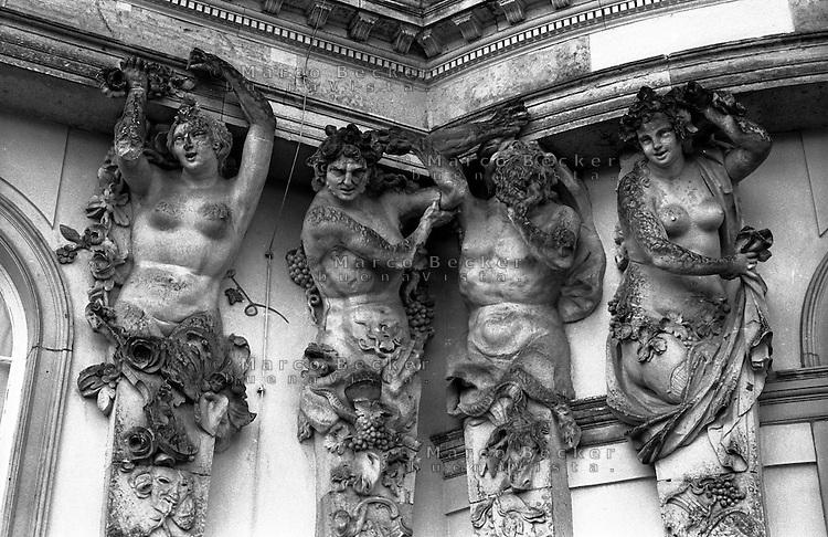 Potsdam, palazzo di Sanssouci. Telamoni e cariatidi --- Potsdam, Sanssouci palace. Telamons and caryatids
