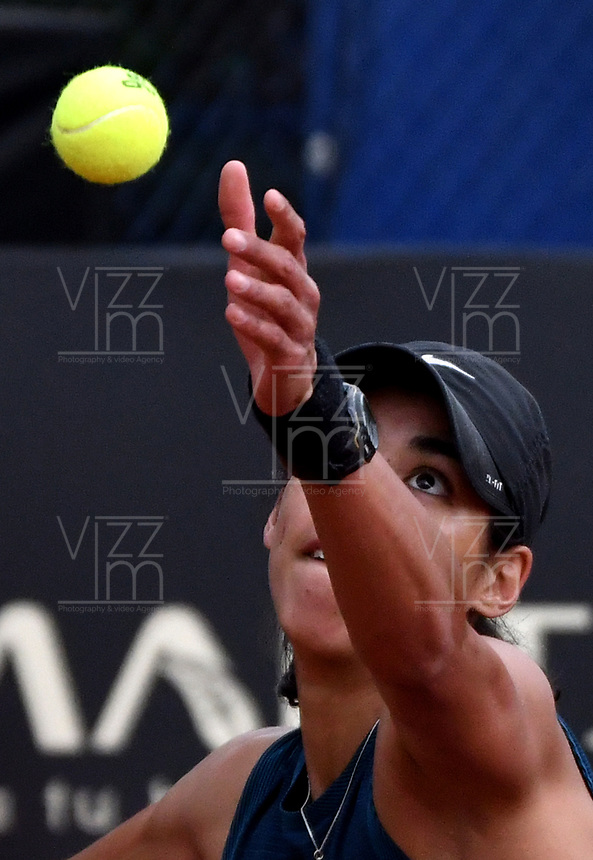 BOGOTÁ-COLOMBIA, 13-04-2019: Astra Sharma (AUS), se prepara para servir Lara Arruabarrena (ESP), durante partido por la semifinal del Claro Colsanitas WTA, que se realiza en el Carmel Club en la ciudad de Bogotá. / Astra Sharma (AUS), prepares to serves to Lara Arruabarrena (ESP), during a match for the semifinal of the WTA Claro Colsanitas, which takes place at Carmel Club in Bogota city. / Photo: VizzorImage / Luis Ramírez / Staff.