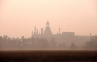 Morgennebel bei dem Kloster Certosa di Pavia, Lombardei, Italien