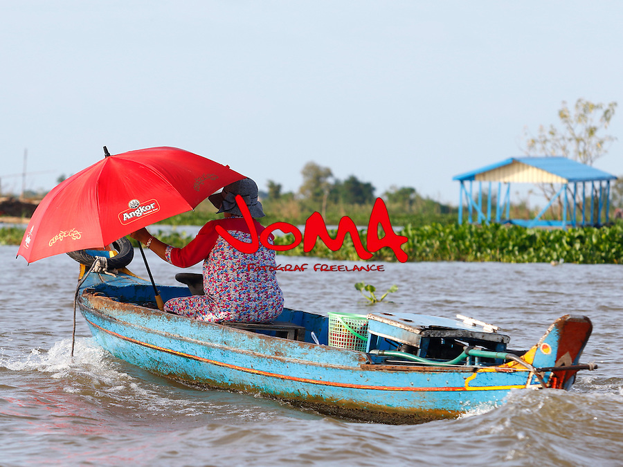 WOMAN ON BOAT ARRIVING IN CHONG KOS  FLOATING VILLAGES AT TONLE SAP RIVER