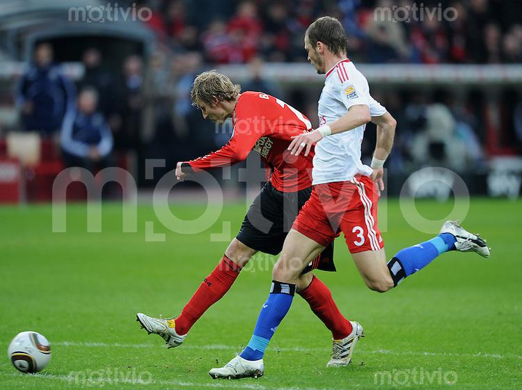 Fussball Bundesliga Saison 2009/2010 Bayer Leverkusen - Hamburger SV Stefan KIESSLING (Leverkusen, l) erzielt das Tor zum 1:0 gegen David ROZEHNAL (HSV).